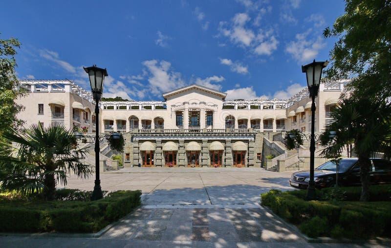 宫殿和有台阶的白色墙壁的宏伟的视图有美好的建筑学的从导致的双方 免版税库存照片