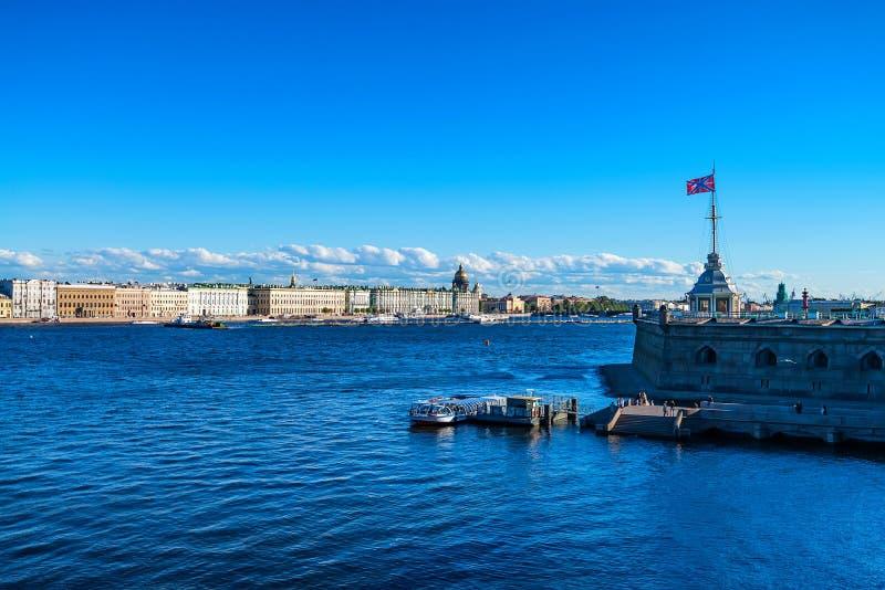 宫殿堤防美丽的景色在从Zayachy海岛的圣彼得堡 免版税库存照片