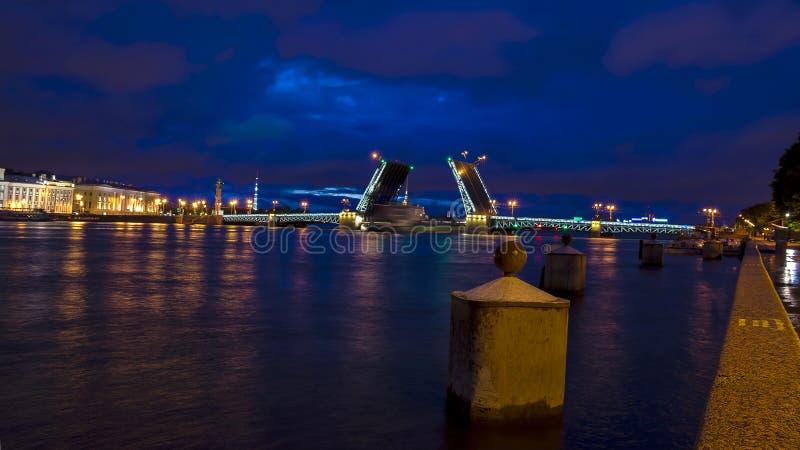 宫殿桥梁在圣彼德堡,俄罗斯 库存照片