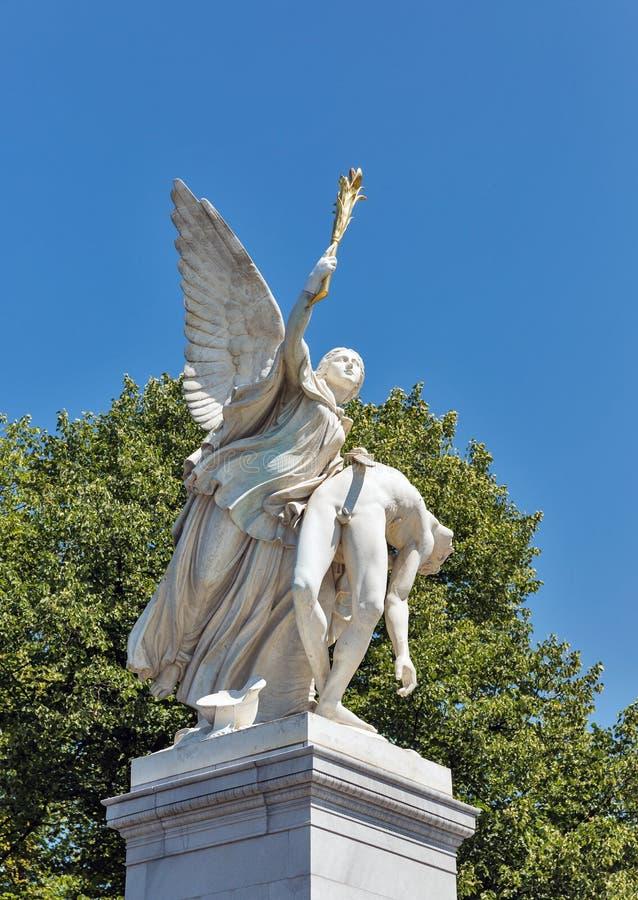 宫殿桥梁雕塑在柏林,德国 库存图片