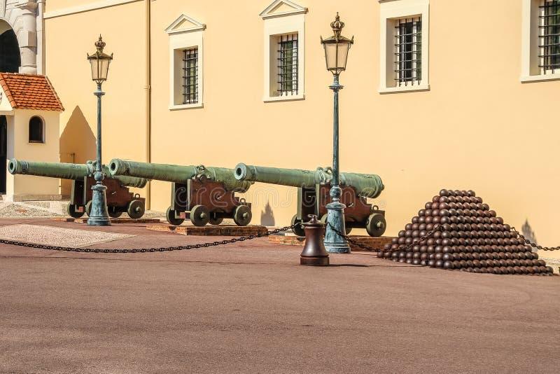 宫殿正方形在摩纳哥、老大炮和中坚力量 免版税库存图片
