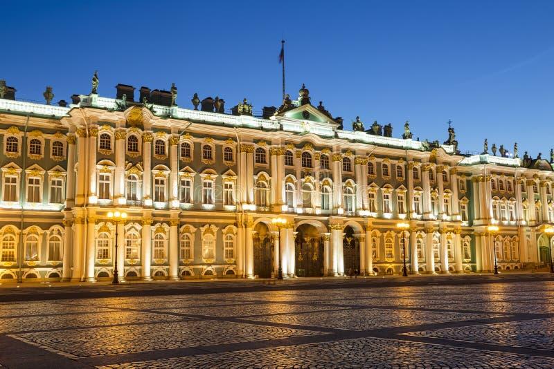 宫殿正方形的冬宫在圣彼德堡在晚上 图库摄影