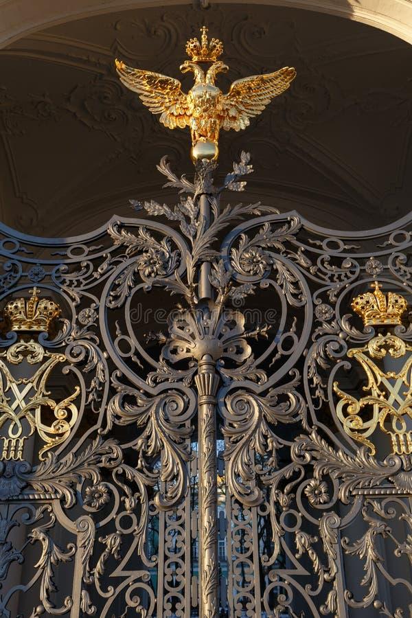 宫殿正方形 埃尔米塔日博物馆的门的片段在圣彼德堡 免版税库存图片
