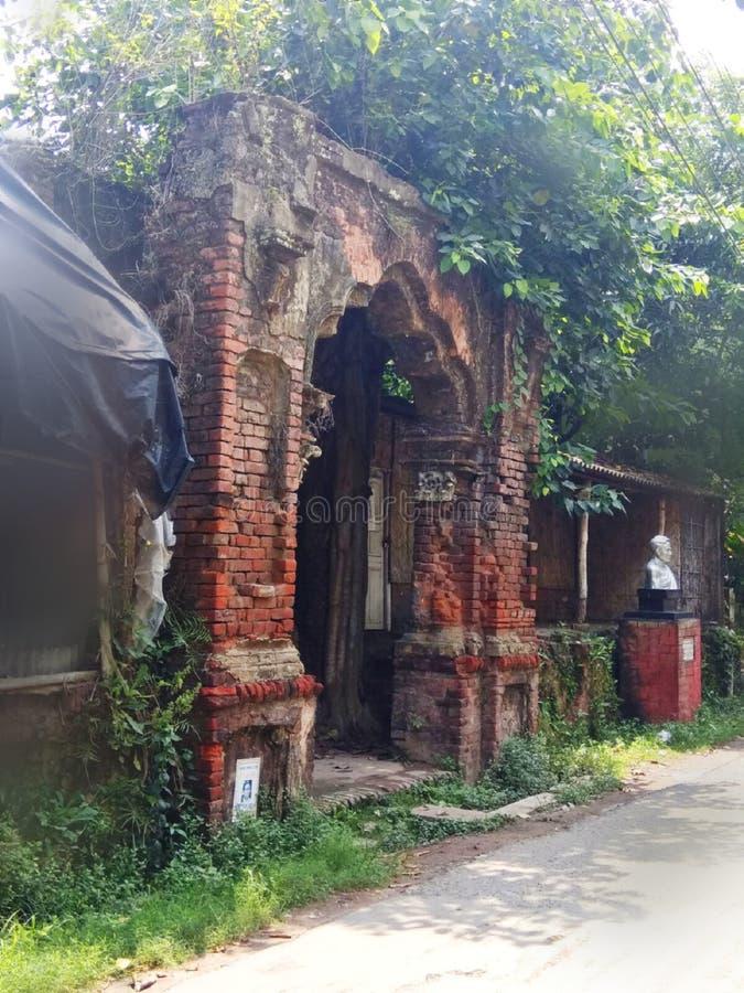 宫殿,Rajbari一被破坏的宫殿正门的正门,在印度,Harinavi,在白天 库存图片