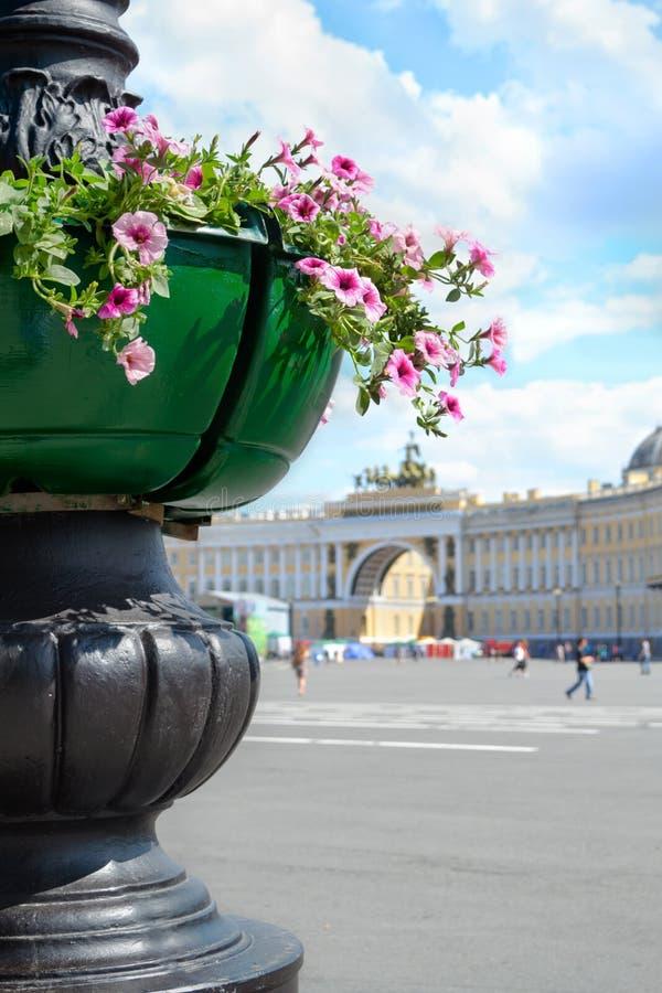 宫殿总参谋部大厦曲拱正方形、看法和有花的装饰花瓶,圣彼德堡 免版税库存图片