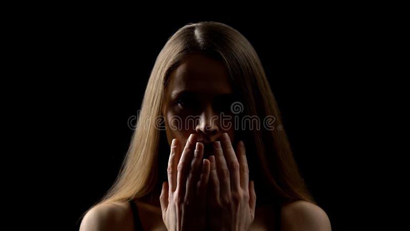 害怕妇女开头面孔用手,被强奸者,社会不可靠概念 库存照片