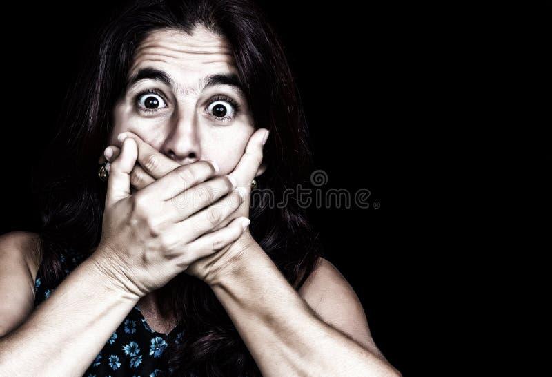 害怕妇女覆盖物她的嘴 免版税库存图片