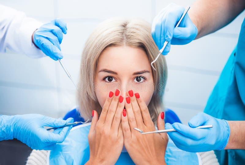 害怕的女孩在牙科方面 图库摄影