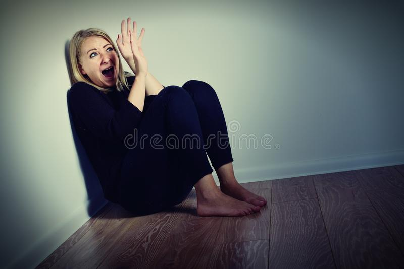 Download 害怕的妇女 库存图片. 图片 包括有 呼喊, 惊吓, 妇女, 恐惧, 忧虑, 绝望, 吓呆, 兴奋, 系列 - 72370003