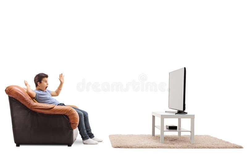 害怕的小孩观看的电视 免版税库存照片