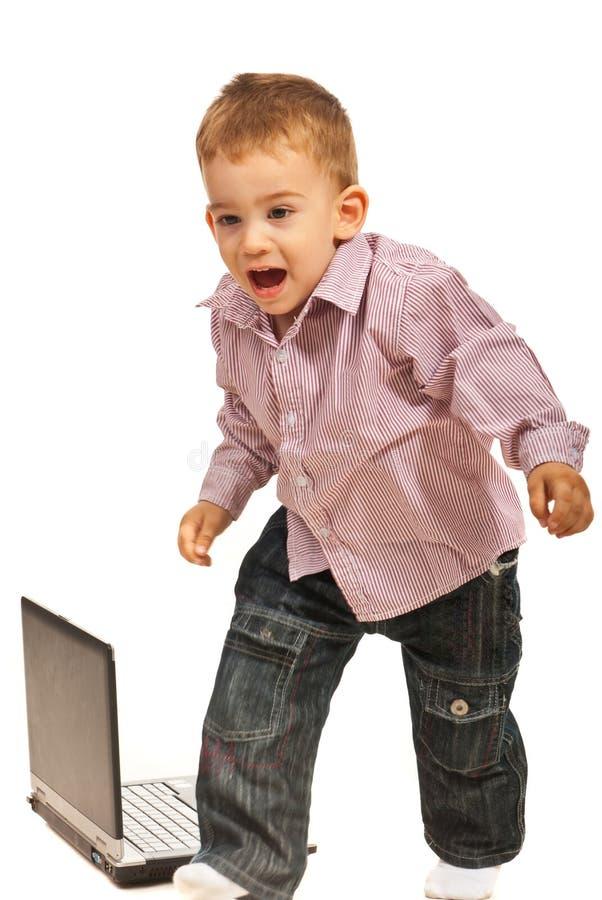 害怕的男孩流动从膝上型计算机 免版税库存照片