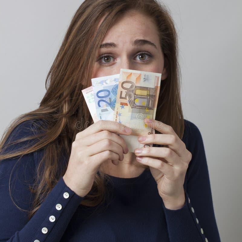 害怕的20s妇女的现金交易价格概念 库存图片