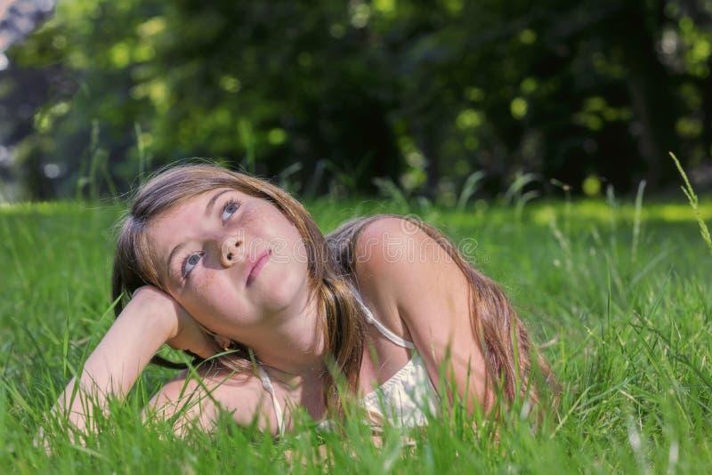 害怕表面女孩纵向惊奇的年轻人 免版税库存图片