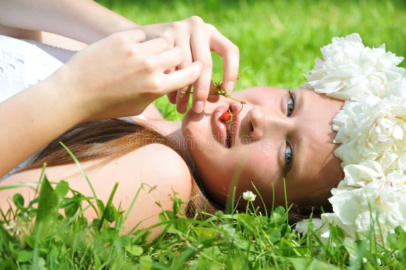 害怕表面女孩纵向惊奇的年轻人 夏天画象 库存图片