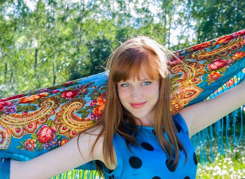 害怕表面女孩纵向惊奇的年轻人 夏天 免版税库存图片