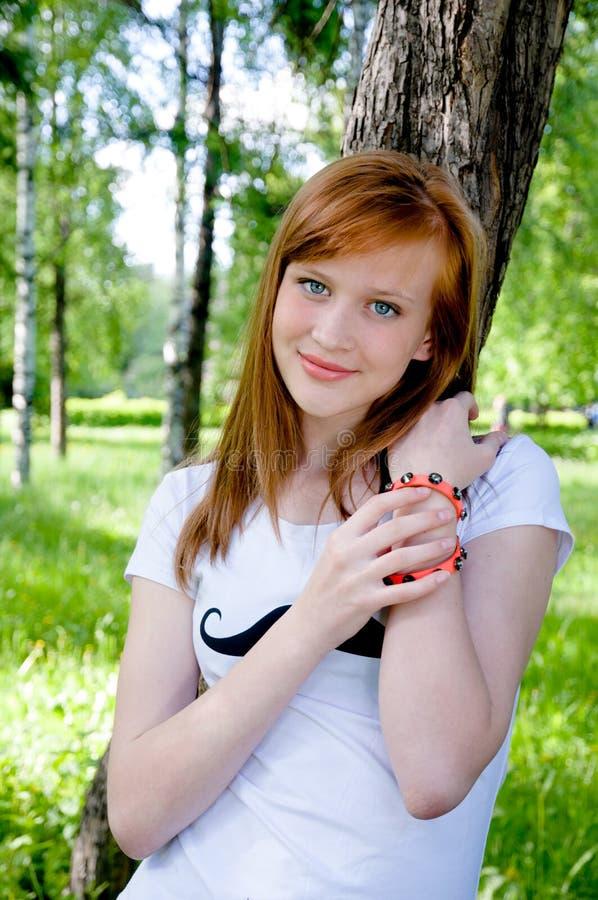 害怕表面女孩纵向惊奇的年轻人 夏天 免版税图库摄影