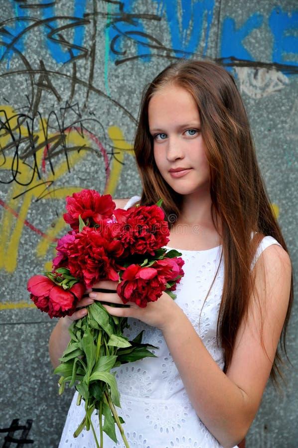 害怕表面女孩纵向惊奇的年轻人 免版税图库摄影