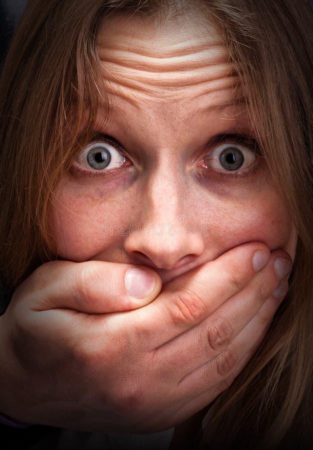 害怕闭合的女孩嘴 免版税库存照片