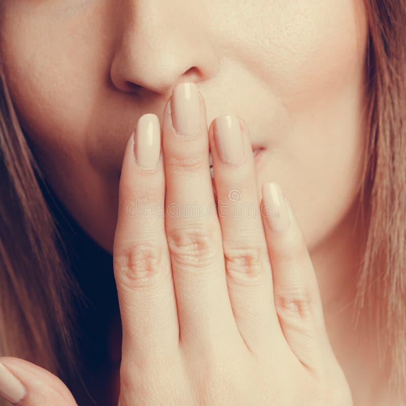 害羞的无语的人的覆盖物嘴用手 免版税库存照片