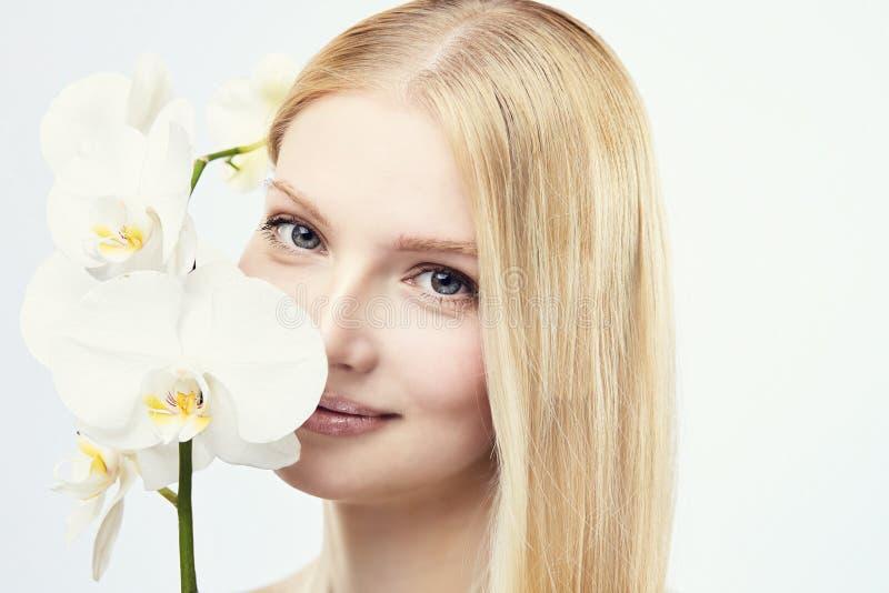 年轻害羞的白肤金发的女孩 库存图片
