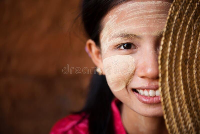 害羞的缅甸女孩 库存照片