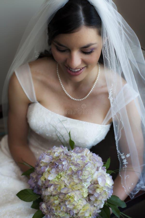 害羞美丽的新娘 免版税库存照片