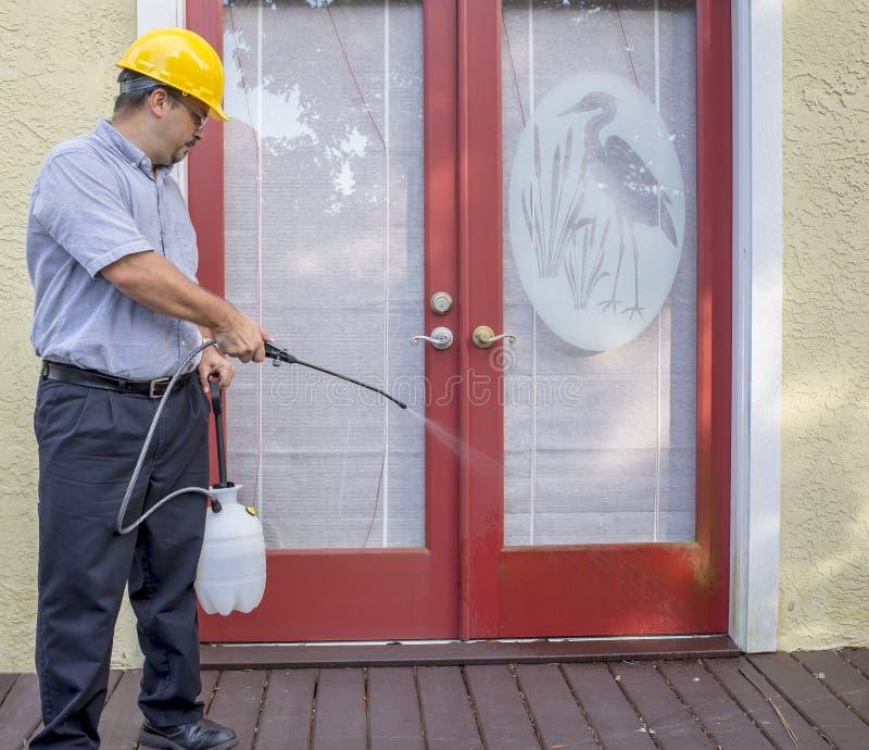 害虫控制工作者喷洒 库存照片