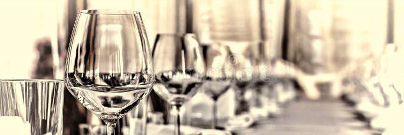 宴会大厅在餐馆 概念:服务 庆祝周年婚礼 库存照片