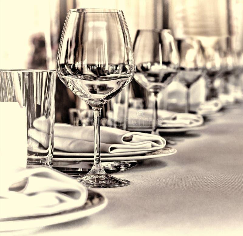宴会大厅在餐馆 概念:服务 庆祝周年婚礼 库存图片