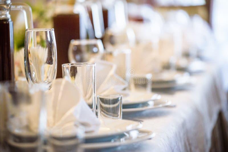宴会大厅在餐馆 概念:服务 庆祝 附注 婚姻 免版税库存图片