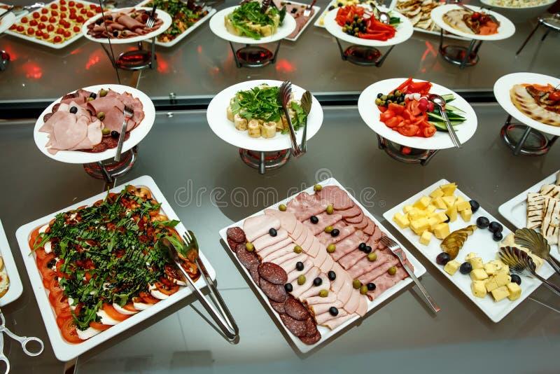 宴会盘dof集中浅一家的餐馆 各种各样的纤巧,在节日庆典的快餐 库存照片