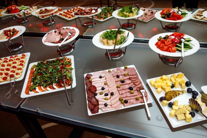 宴会盘dof集中浅一家的餐馆 各种各样的纤巧,在节日庆典的快餐 免版税库存图片
