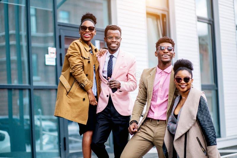 家业概念 年轻有天才的非洲夫妇跑拥有事务 免版税库存图片