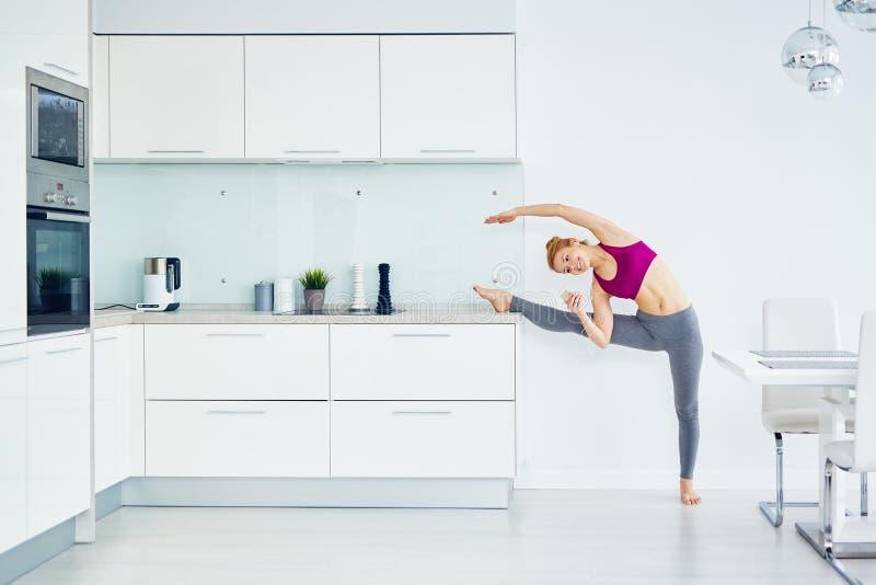 家中舒展的锻炼 库存照片