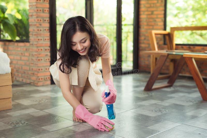 家事和家务概念 妇女清洁地板与mo 免版税库存照片