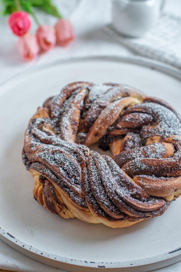 家做了传统甜巧克力babka 库存图片