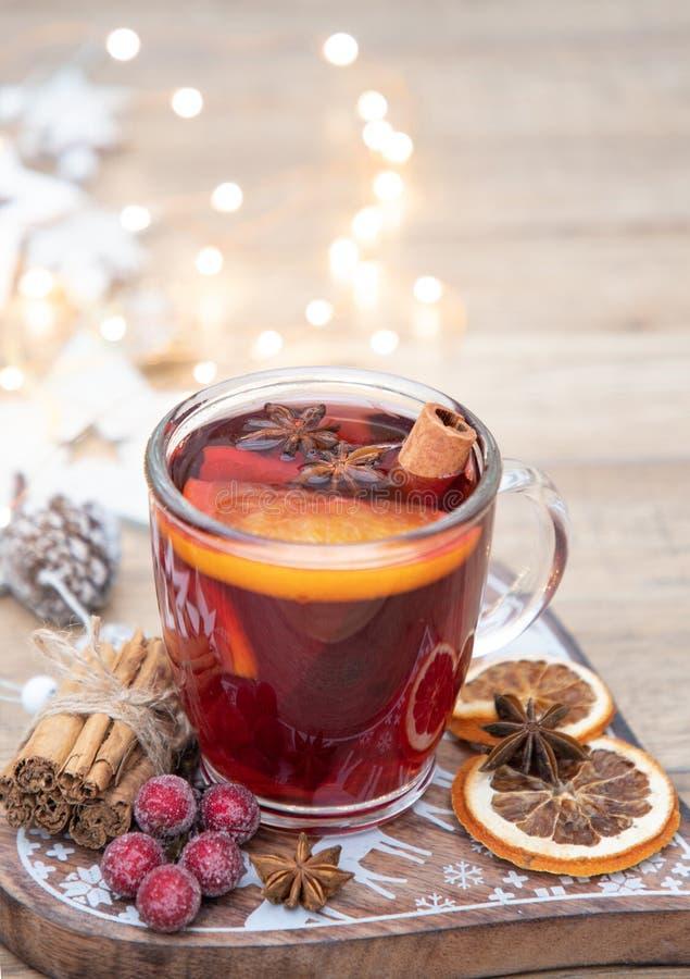 家做了圣诞节加香料的热葡萄酒 库存图片