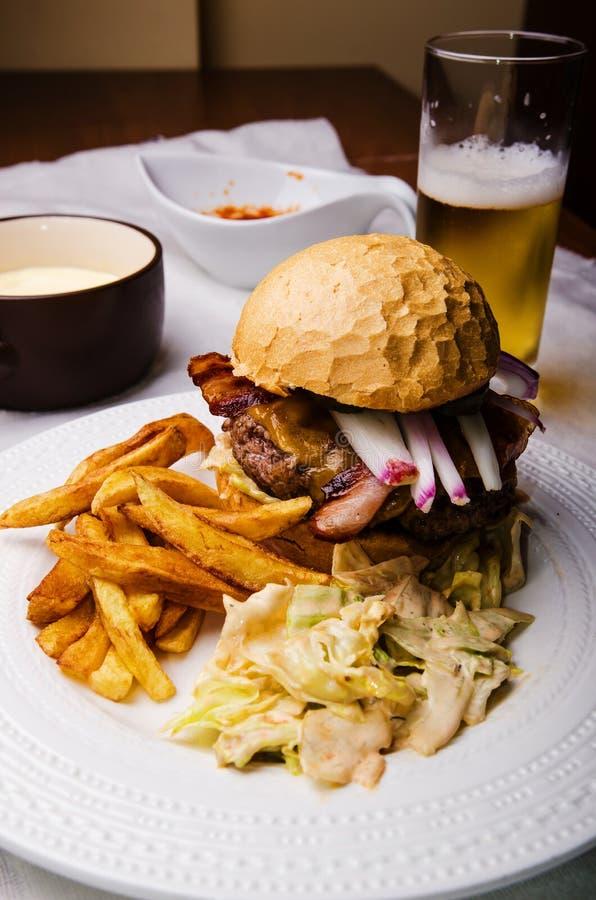 家做了牛肉汉堡 库存图片