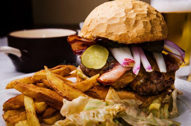 家做了牛肉汉堡 图库摄影