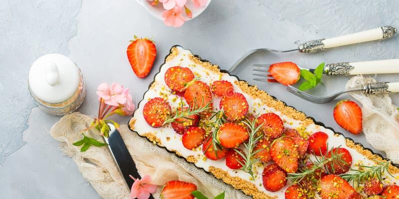 家做的草莓没被烘烤的乳酪蛋糕 库存照片