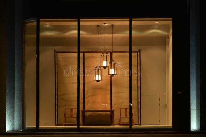 家具商店与被带领的枝形吊灯表椅子和屏幕,商业空间设计的橱窗 免版税库存图片