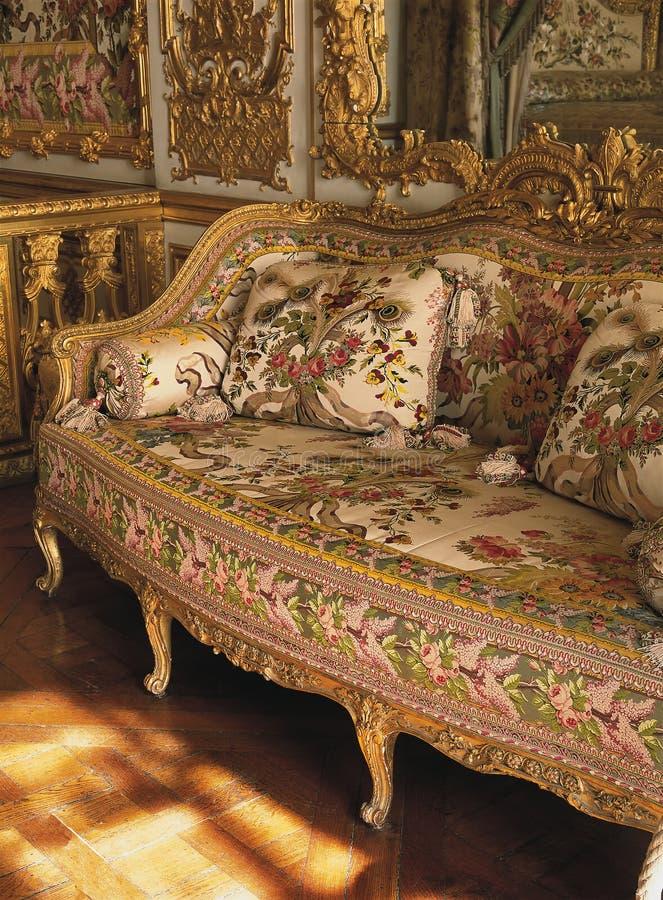 家具在凡尔赛宫的女王玛丽・安托瓦内特卧室 免版税库存图片