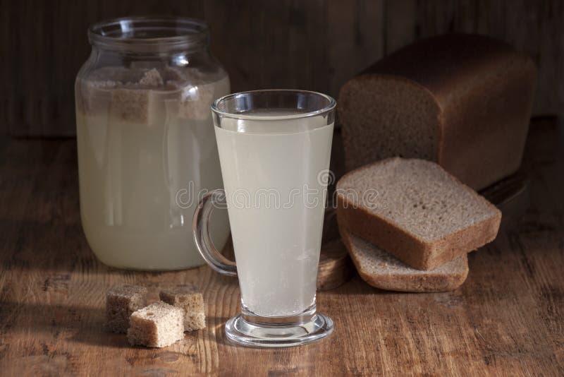 家制面包在一个玻璃杯子的俄国啤酒白色 免版税库存图片