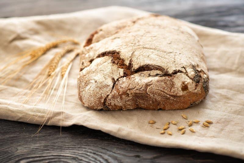 家制面包在一张木桌上说谎 免版税库存照片