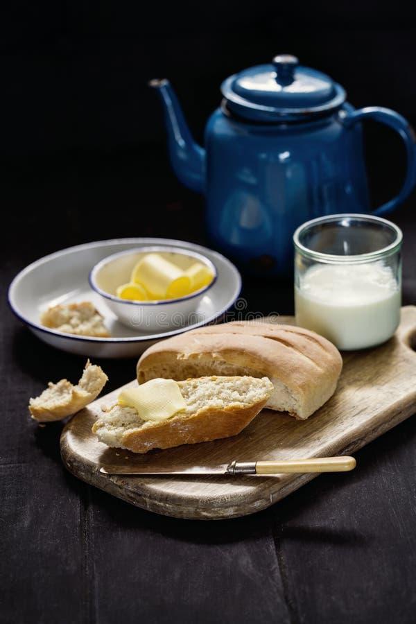 家制面包用新鲜的黄油和牛奶 免版税图库摄影