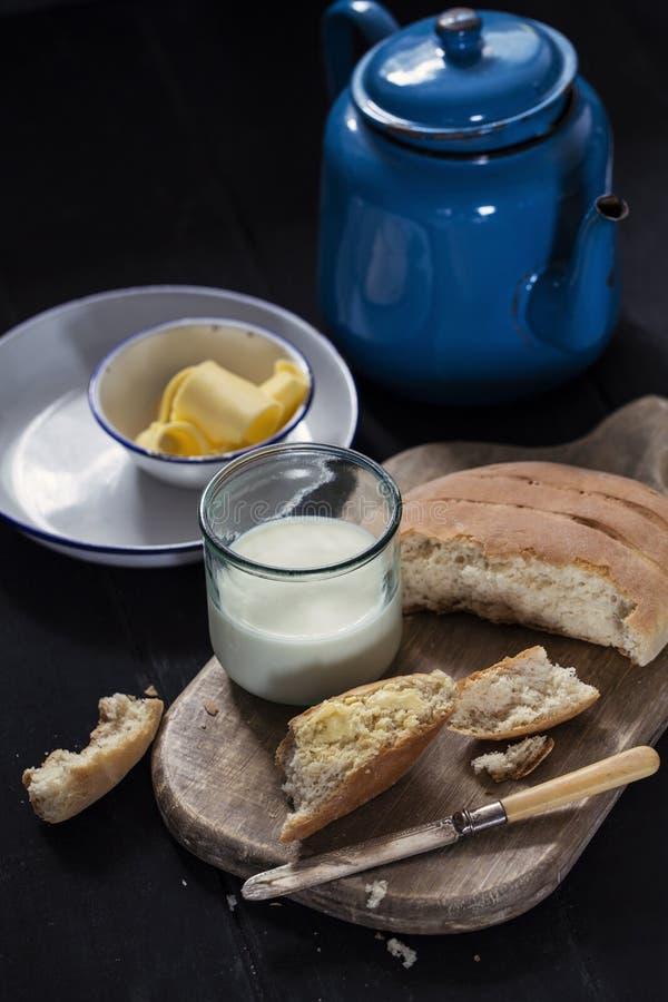 家制面包用新鲜的黄油和牛奶 免版税库存照片