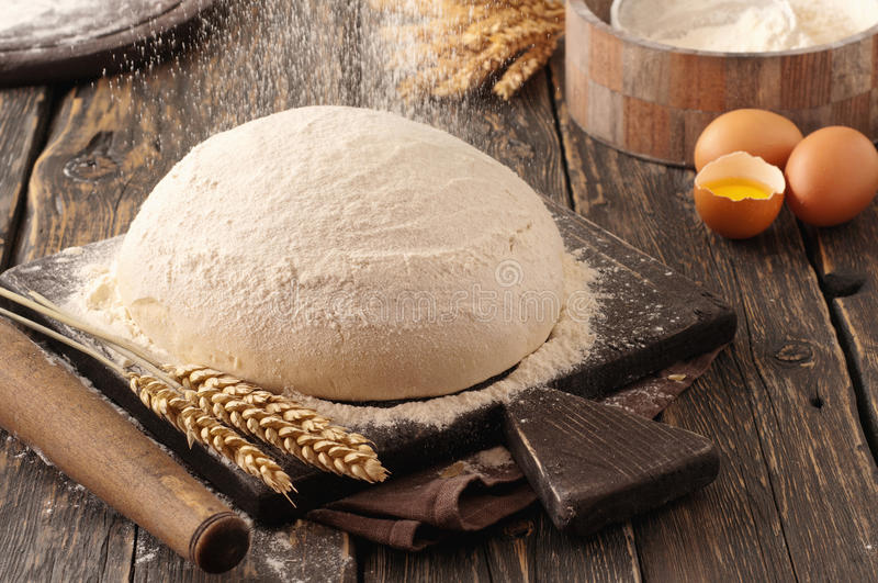 家制面包的准备的新鲜的面团 库存照片