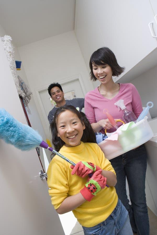 家务的女孩帮助的父母 库存照片