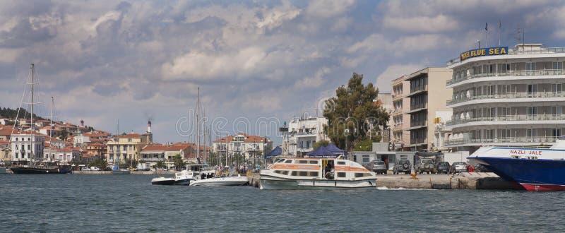 家和小船在米蒂利尼港口 免版税库存照片