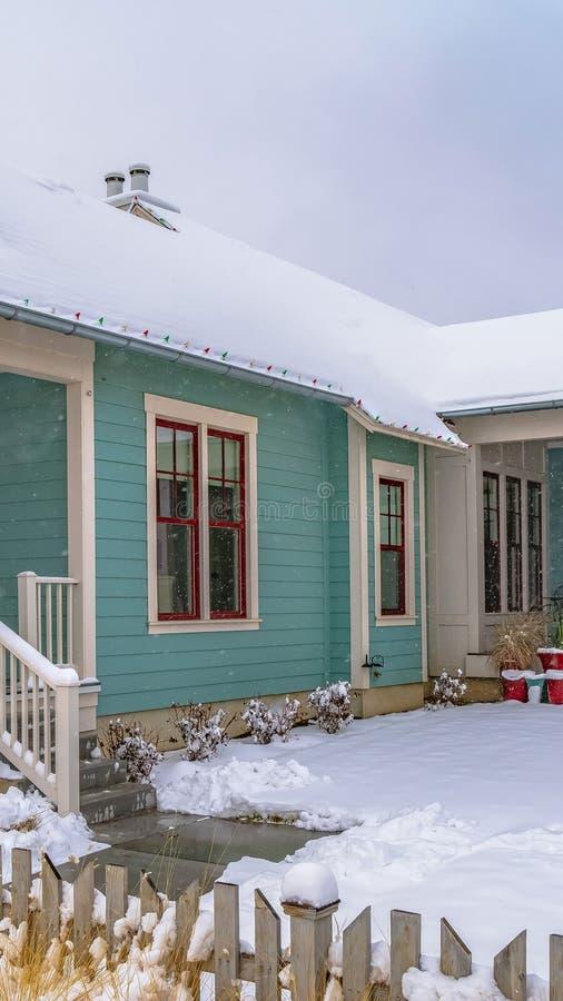 家垂直的外部在冬天观看的破晓的 免版税图库摄影